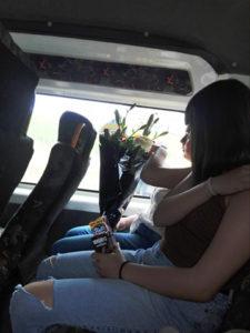 Es muy común toparse aún con usuarios de transporte público sin usar guantes ni cubrebocas.