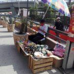 Señor vendiendo artesanías de barro